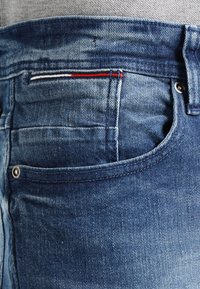 Tommy Jeans - ORIGINAL TAPERED RONNIE BEMB - Jeans Tapered Fit - berry mid blue - 4