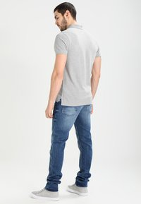 Tommy Jeans - ORIGINAL TAPERED RONNIE BEMB - Jeans Tapered Fit - berry mid blue - 2