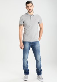 Tommy Jeans - ORIGINAL TAPERED RONNIE BEMB - Jeans Tapered Fit - berry mid blue - 1