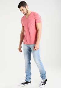Tommy Jeans - ORIGINAL TAPERED RONNIE - Jeans Tapered Fit - berry light blue - 1