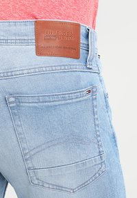 Tommy Jeans - ORIGINAL TAPERED RONNIE - Jeans Tapered Fit - berry light blue - 4