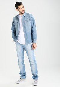 Tommy Jeans - ORIGINAL STRAIGHT RYAN BELB - Jean droit - berry light blue - 1