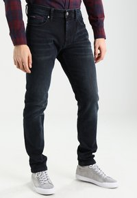 Tommy Jeans - SLIM TAPERED STEVE COBCO - Slim fit jeans - cobble black comfort - 0