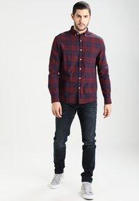 Tommy Jeans - SLIM TAPERED STEVE COBCO - Slim fit jeans - cobble black comfort - 1