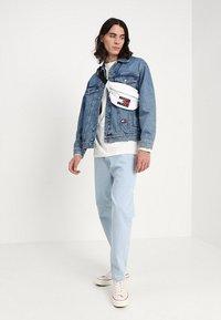 Tommy Jeans - CREST DAD - Džíny Straight Fit - light blue denim - 1