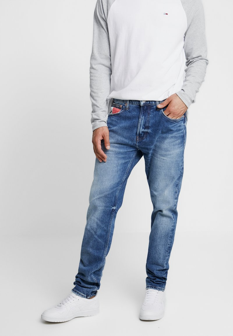 Tommy Jeans - MODERN  - Jeans Tapered Fit - blue denim
