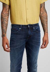 Tommy Jeans - SCANTON  - Jeans slim fit - cherry - 5