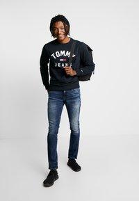 Tommy Jeans - SLIM SCANTON  - Jeans slim fit - dynmc grand deep - 1