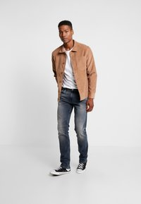 Tommy Jeans - RYAN  - Džíny Straight Fit - dark-blue denim - 1