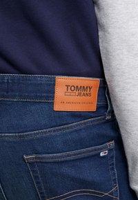 Tommy Jeans - STEVE SLIM TAPERED - Jeans Tapered Fit - dark-blue denim - 4