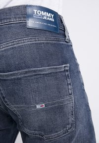 Tommy Jeans - 1988 RELAXED TAPERED - Jeans Tapered Fit - durban dark blue - 4