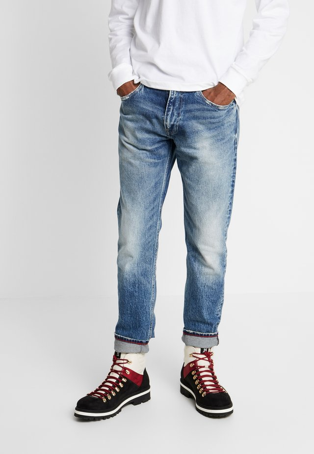1988 RELAXED TAPERED - Jeans Tapered Fit - clark mid