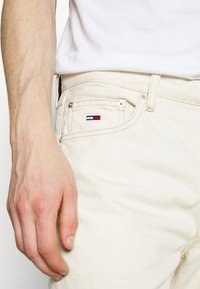Tommy Jeans - DAD - Jeansy Straight Leg - work ecru rig