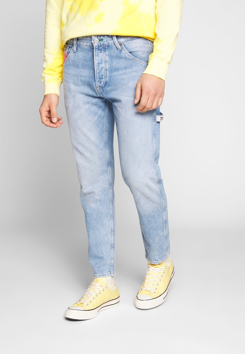 Tommy Jeans - TAPERED CARPENTER - Jeansy Zwężane - light-blue denim