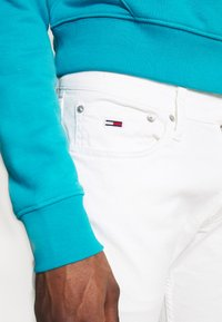 Tommy Jeans - SCANTON HERITAGE - Jeansy Slim Fit - mars white com - 4