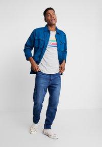 Tommy Jeans - CARPENTER  - Jeansy Zwężane - stone mid blue rigid - 1