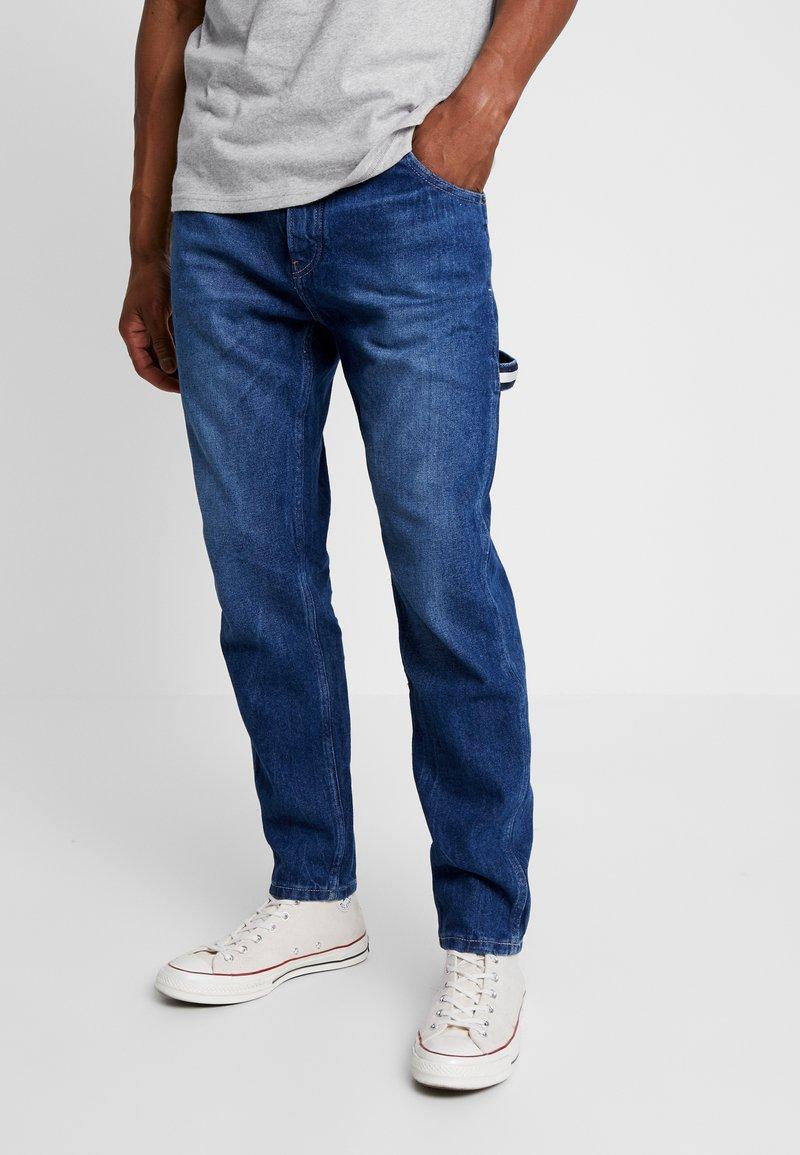 Tommy Jeans - CARPENTER  - Jeansy Zwężane - stone mid blue rigid