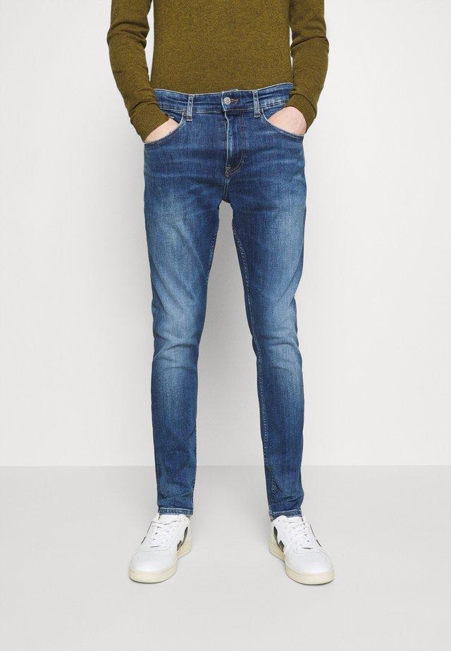 AUSTIN SLIM - Slim fit jeans - queens mid blue