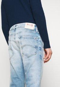 Tommy Jeans - AUSTIN SLIM TAPERED - Jeans Tapered Fit - light-blue denim - 5