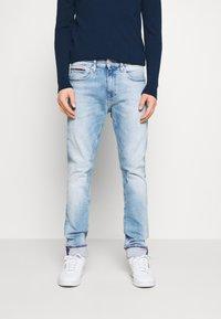 Tommy Jeans - AUSTIN SLIM TAPERED - Jeans Tapered Fit - light-blue denim - 0