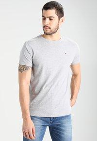 Tommy Jeans - ORIGINAL TEE REGULAR FIT - Camiseta básica - light grey - 0