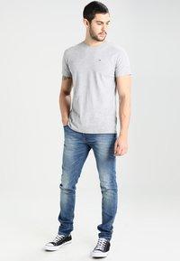 Tommy Jeans - ORIGINAL TEE REGULAR FIT - Camiseta básica - light grey - 1