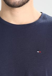Tommy Jeans - ORIGINAL TEE REGULAR FIT - Basic T-shirt - black iris - 3