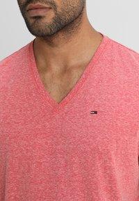 Tommy Jeans - ORIGINAL TRIBLEND V-NECK TEE REGULAR FIT - T-Shirt basic - red - 4