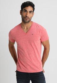 Tommy Jeans - ORIGINAL TRIBLEND V-NECK TEE REGULAR FIT - T-Shirt basic - red - 0