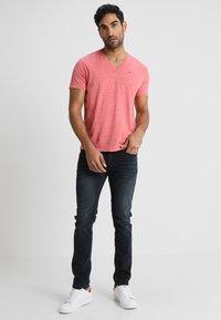Tommy Jeans - ORIGINAL TRIBLEND V-NECK TEE REGULAR FIT - T-Shirt basic - red - 1