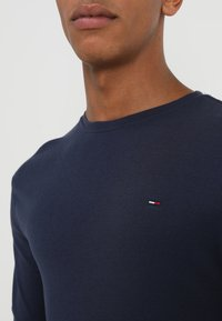 Tommy Jeans - ORIGINAL SLIM FIT - T-shirt à manches longues - black iris - 4