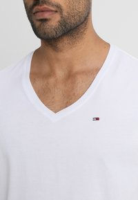 Tommy Jeans - ORIGINAL REGULAR FIT - Basic T-shirt - classic white - 4