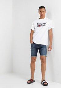 Tommy Jeans - CLASSICS LOGO TEE - Triko spotiskem - white - 1