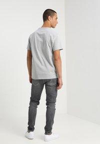 Tommy Jeans - CLASSICS LOGO TEE - T-shirt imprimé - grey - 2