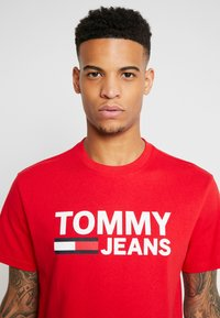 Tommy Jeans - CLASSICS LOGO TEE - T-shirt imprimé - racing red - 5