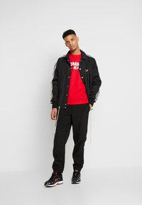 Tommy Jeans - CLASSICS LOGO TEE - T-shirt imprimé - racing red - 1