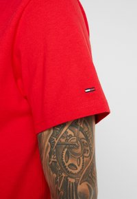 Tommy Jeans - CLASSICS LOGO TEE - T-shirt imprimé - racing red - 3