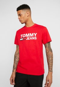 Tommy Jeans - CLASSICS LOGO TEE - T-shirt imprimé - racing red - 0