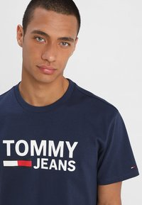 Tommy Jeans - CLASSICS LOGO TEE - Print T-shirt - blue - 4