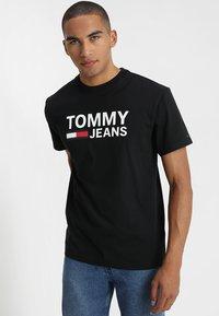 Tommy Jeans - CLASSICS LOGO TEE - Printtipaita - black - 0
