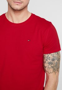 Tommy Jeans - ESSENTIAL SOLID TEE - T-shirt basique - racing red - 4