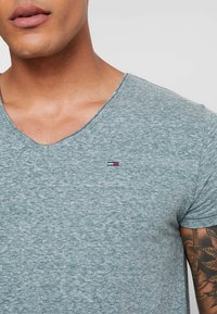Tommy Jeans - BASIC VNECK TEE SLIM FIT - Camiseta básica - atlantic deep - 3