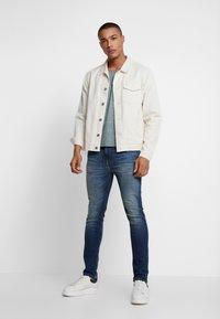 Tommy Jeans - BASIC VNECK TEE SLIM FIT - Camiseta básica - atlantic deep - 1