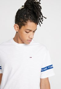 Tommy Jeans - ARM BAND TEE - T-shirt z nadrukiem - white - 4