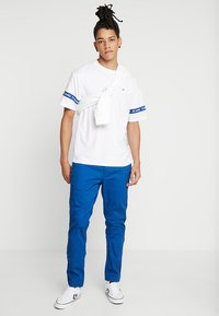 Tommy Jeans - ARM BAND TEE - T-shirt z nadrukiem - white - 1