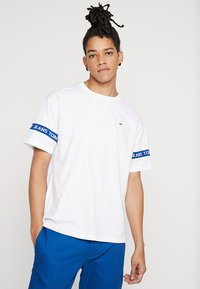 Tommy Jeans - ARM BAND TEE - T-shirt z nadrukiem - white - 0