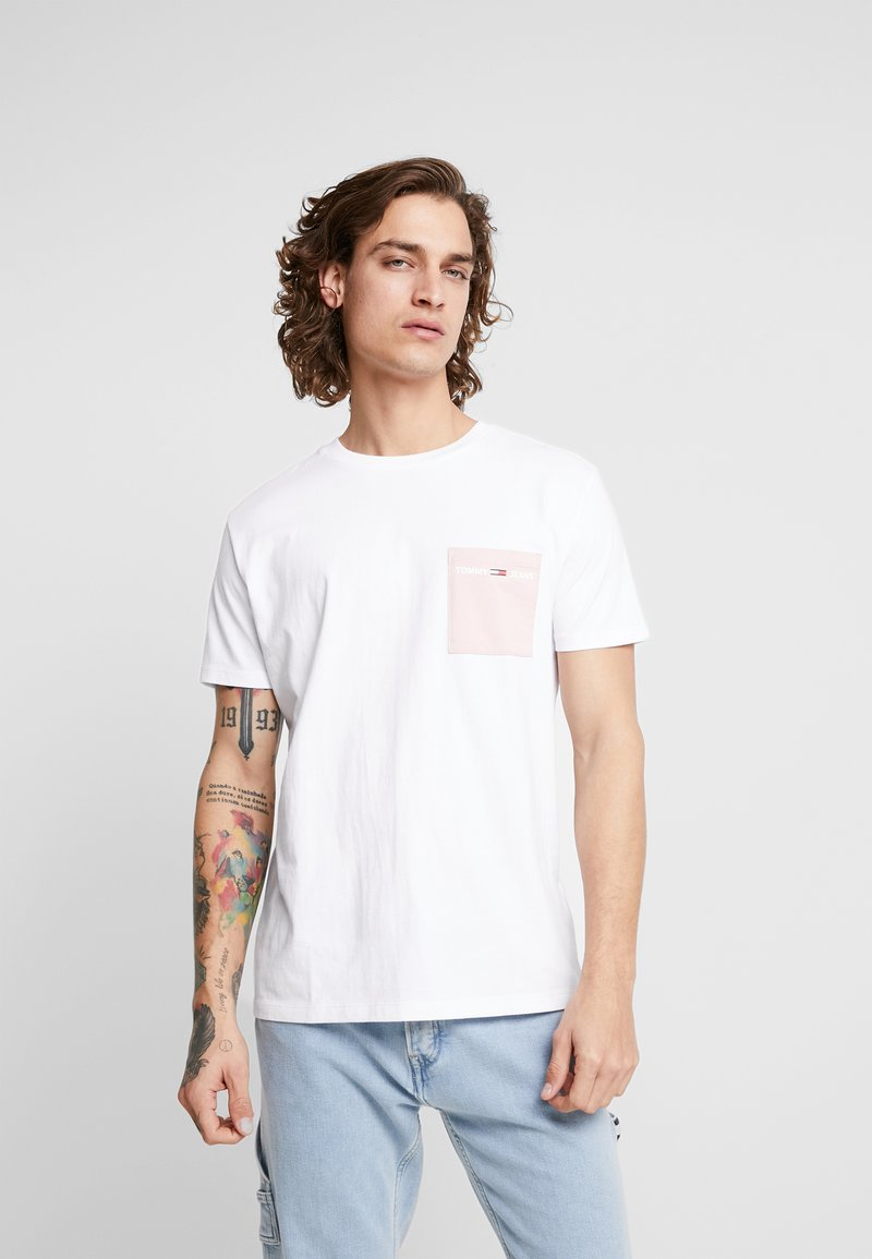 Tommy Jeans - CONTRAST POCKET TEE - T-Shirt print - white