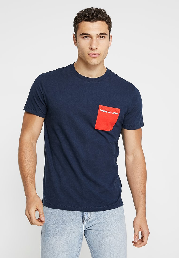 Tommy Jeans - CONTRAST POCKET TEE - T-Shirt print - blue