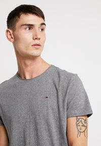 Tommy Jeans - ESSENTIAL JASPE TEE - Basic T-shirt - grey heather - 4