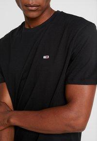 Tommy Jeans - CLASSICS TEE - T-shirt basic - black - 5
